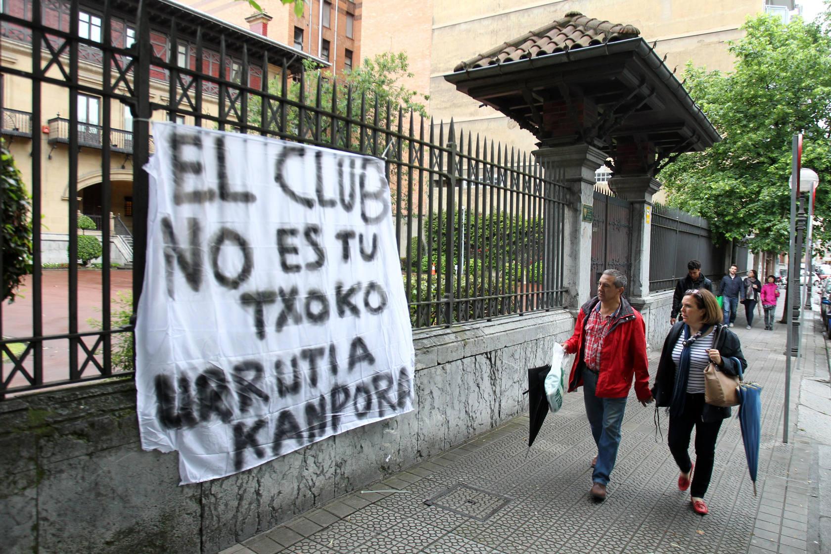 Pancartas a favor de Bielsa y en contra de Urrutia