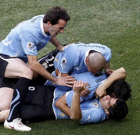 Luis Suárez mete en cuartos a Uruguay