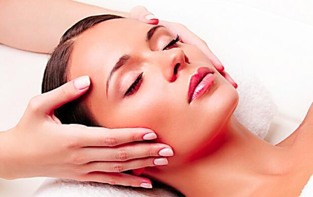 Tratamiento facial natural con oro