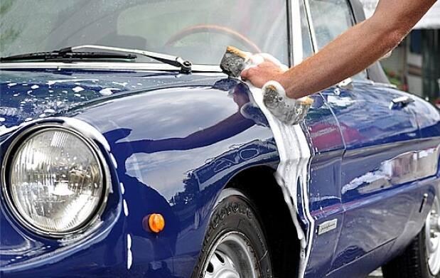 Tu coche brillante, lavado a mano