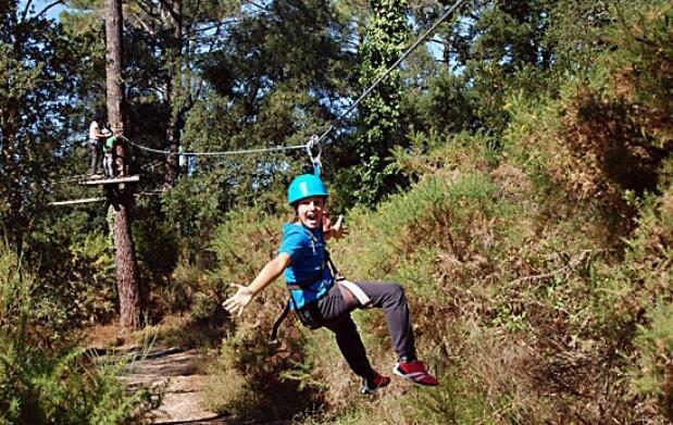 Parque de aventura sobre árboles