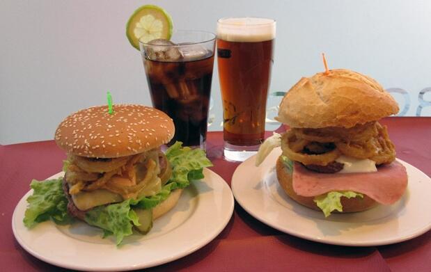 2 refrescos + 2 hamburguesas a elegir