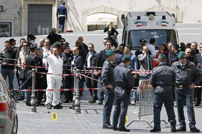 Fotos del tiroteo a dos 'carabinieri' en Roma