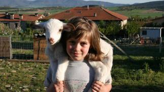 """Aventura para niños en"""" La Granja de Vitoria"""". Hueto Arriba. Cuidado de animales y paseo en burro"""