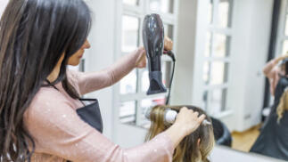 Elige tu sesión de peluquería con opción a manicura en Bilbao