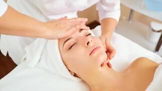 Regala esta limpieza facial con tratamiento en cara, cuello, escote y ojos